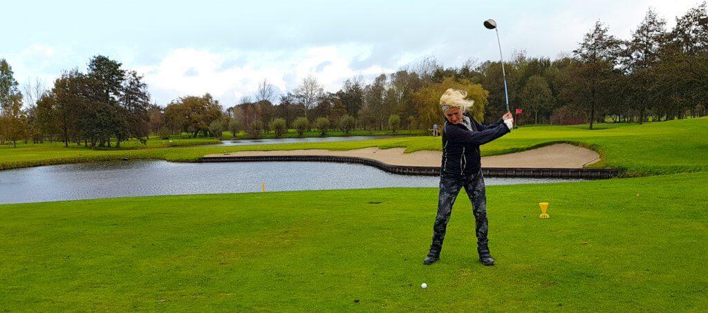 Golf spelen met haarwerk
